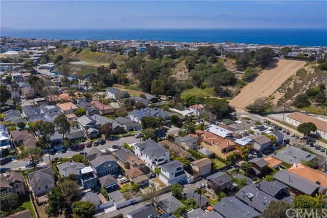 571 33rd Street, Manhattan Beach, California 90266, 2 Bedrooms Bedrooms, ,2 BathroomsBathrooms,For Sale,33rd,SB21059997