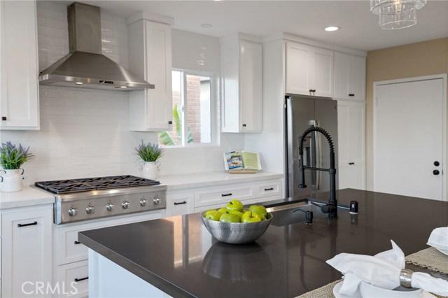 love this sparkling kitchen!