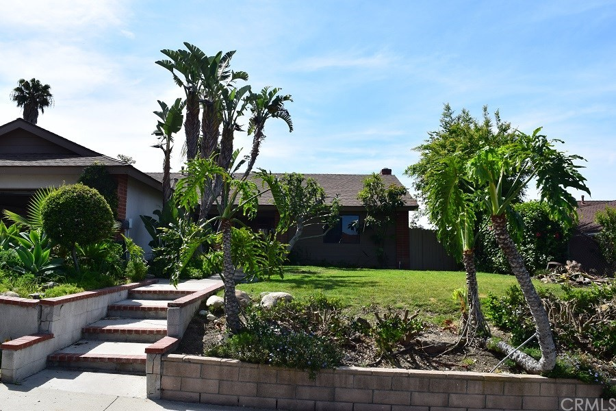 FANTASTIC SINGLE LEVEL HOME WITH UPGRADED KITCHEN AND BATHS AND LAMINATE FLOORING. THIS HOME IS SITTING ON A HUGE LOT WITH GREAT VIEWS ONLY A FEW MILES FROM OCEAN. YOU DON'T WANT TO MISS THIS ONE!