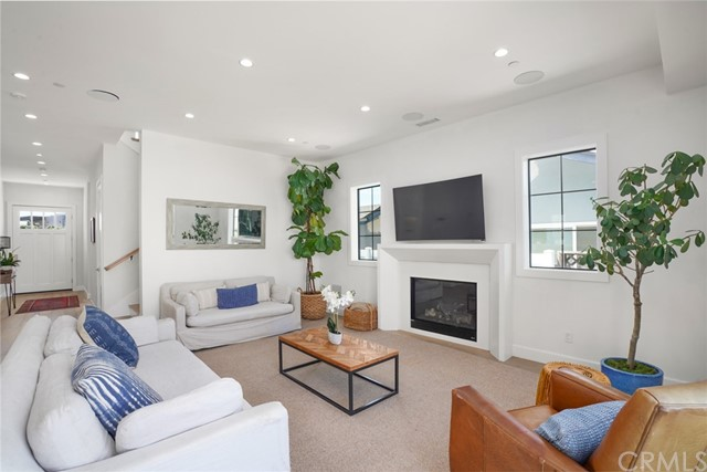 11. 7334 Kentwood Avenue Los Angeles, CA 90045