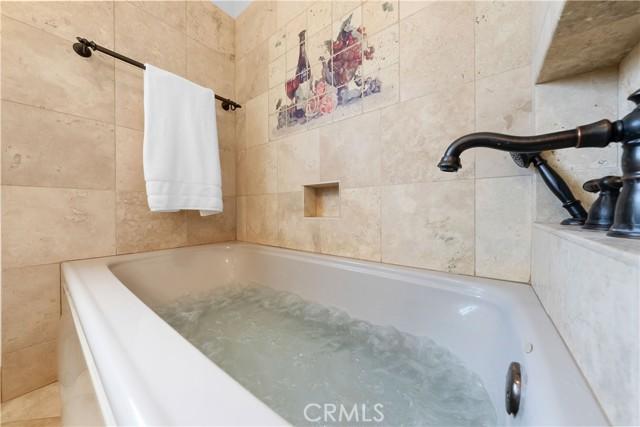 Bathroom 1 w Mircro-jets