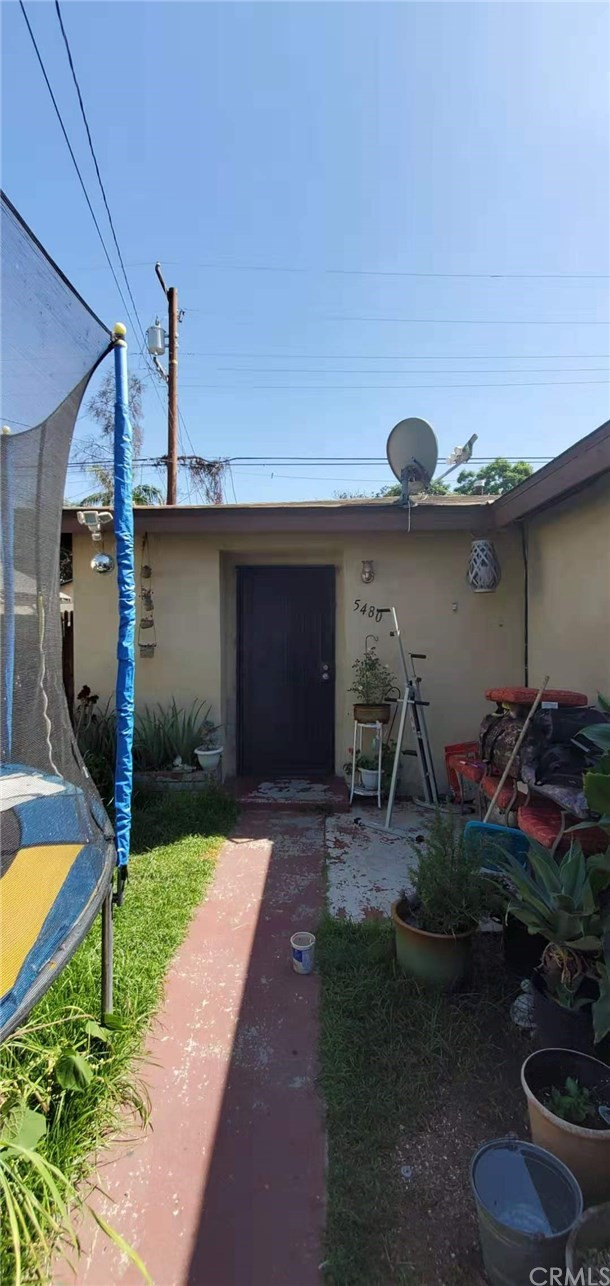 Duplex in Long Beach with 2 individual units in a quiet neighborhood. Each unit has 2 Bed/1 Bath. 2 Car garage with additional street parking. Easy access to freeway system (710 and 91).