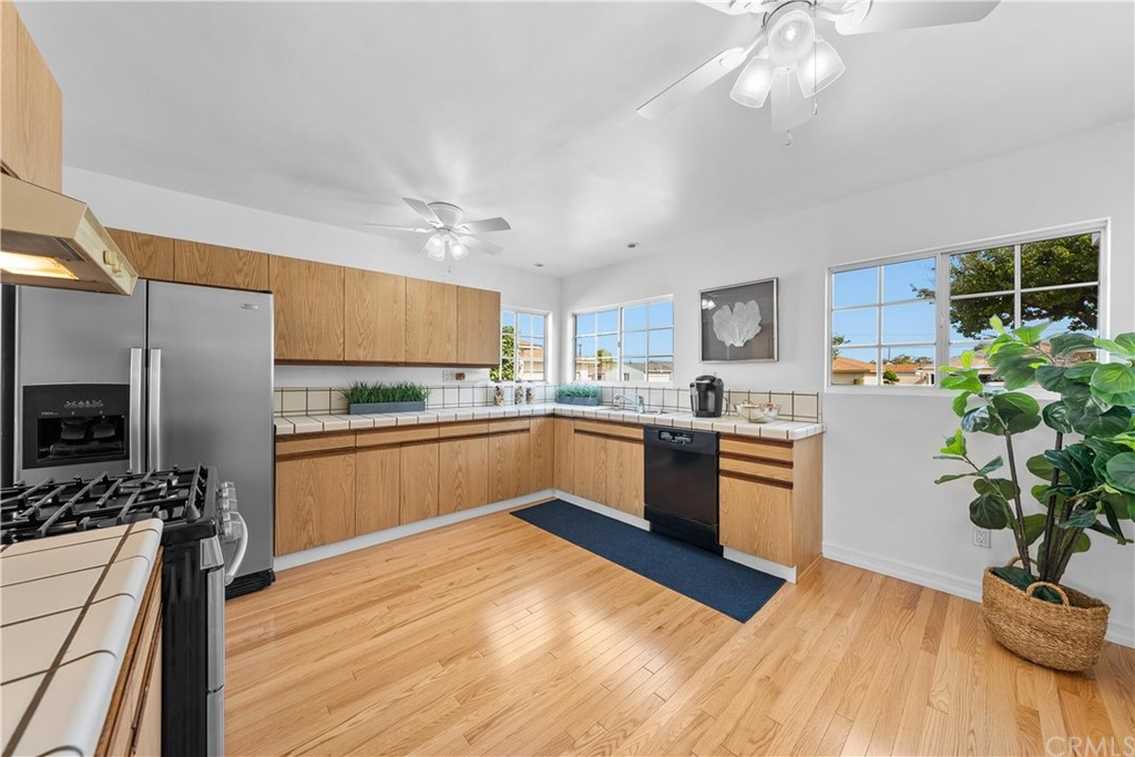 Spacious Kitchen with new real Oak Wood floors