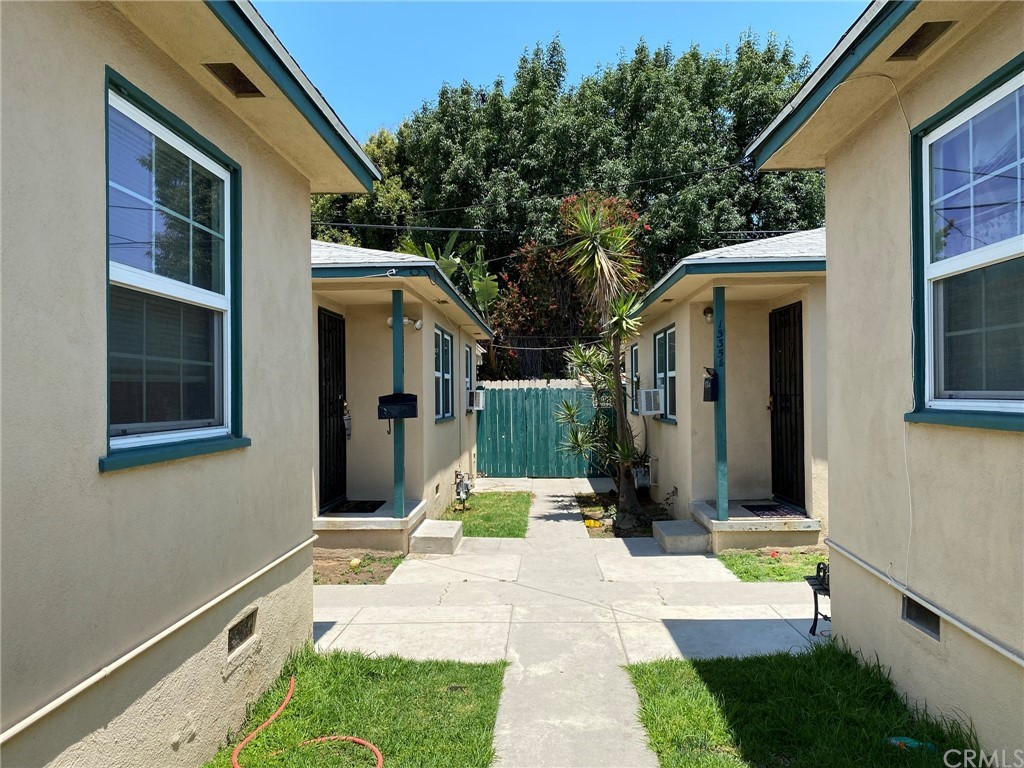 The two units on the right are in this listing. This is the walkway between the back units. Units on the left are a different listing.