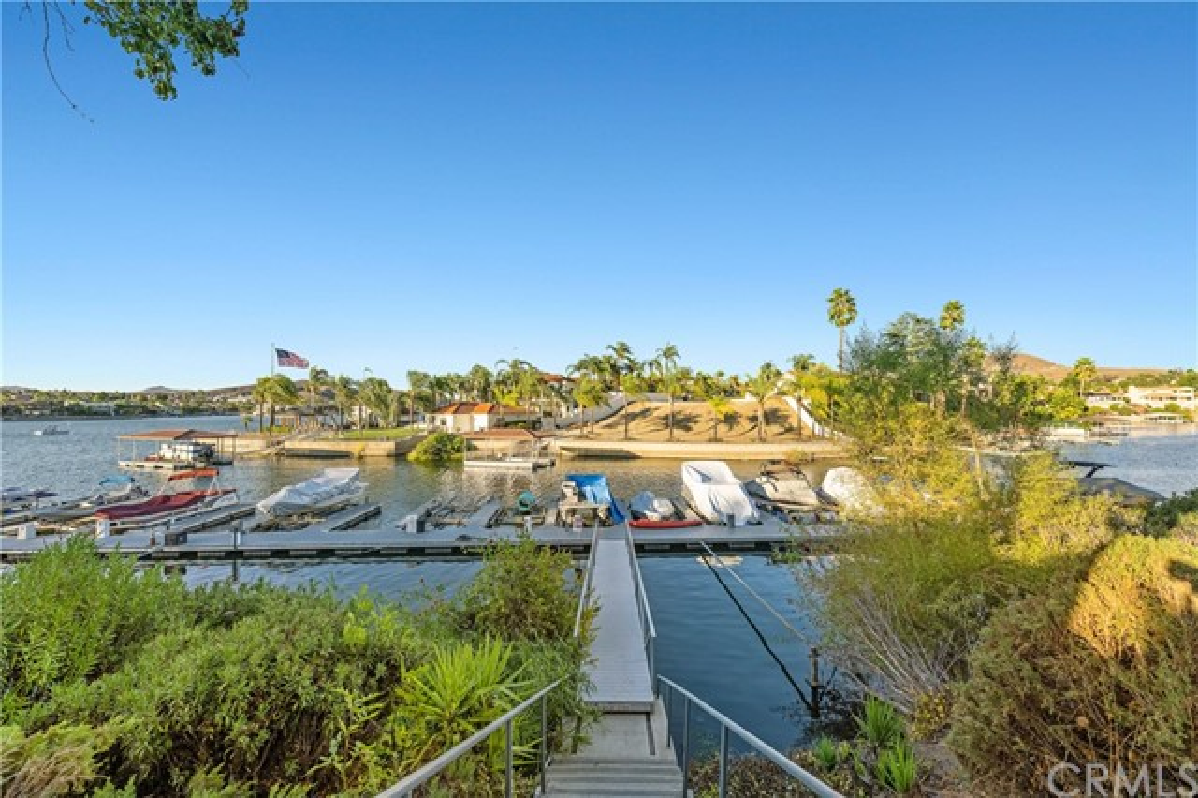 22386 Canyon Club Drive, Canyon Lake CA: https://media.crmls.org/medias/8079bdda-962f-489e-bb5b-b4c9d4aede9b.jpg