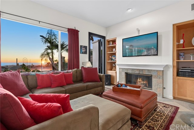 The Cozy family room has sit-down views of the ocean and sunset/City Lights.