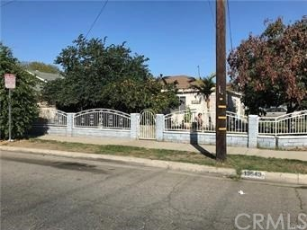 One story cozy home features 2 Bedrooms + 1 Bathroom sitting on a corner lot in Baldwin Park.  Easy access to FWY 10 & 605,  close to school, shopping and city park.  Currently tenant paid $1800/monthly no unpaid balance, will delivered tenant occupied.
