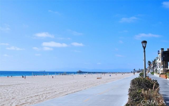 Manhattan beach strand only a few blocks away