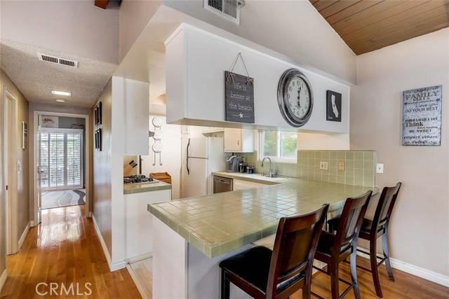 Lovely open kitchen to enjoy breakfast at your breakfast bar!