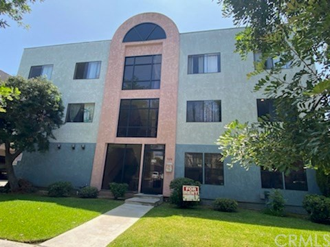 Bright Spacious Upper Apt 2 Beds 1 Bath Near Glendale Galleria Wood Floor Air conditioned Stove Granite Counter Parking Water / Trash Paid One year lease