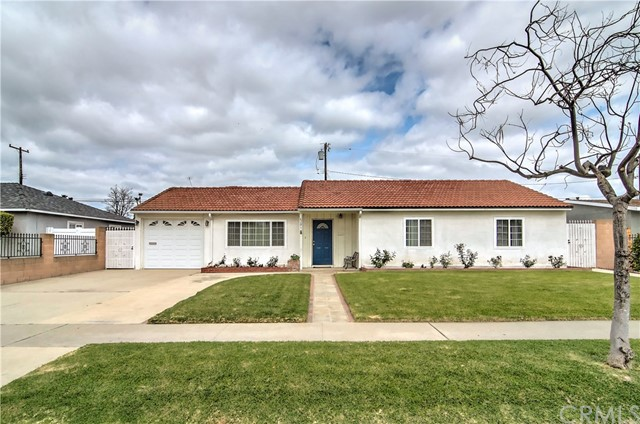 Beautiful and well maintained front landscape. Look at that curb appeal!