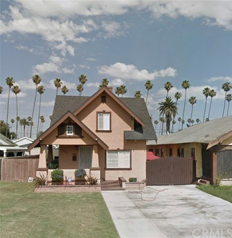 This is a beautiful home in Southwest Los Angeles. Very cozy three bedroom Two bath with lots of parking and privately gated yard. Located just minutes from downtown LA; public transportation, great parks/beaches and all major freeways.
