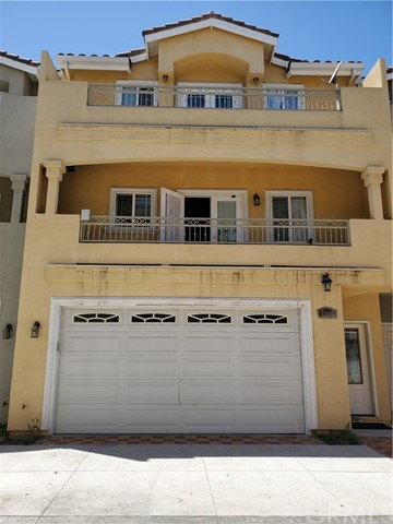 Spacious 3 bedroom 3 bath with bedroom and bathroom for each level. Granite counter top throughout with three balconies and a patio. All the floor is   laminated/tiled.