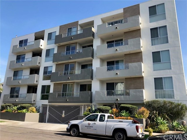 Great 3 Bedroom/3 Bathroom unit within walking distance to Beverly Center, restaurants and cafe. House is bright and clean. Fridge and washer dryer included. Wideplank woodfloor in living room. One of the bedroom has a custom Murphy bed which can be turned into an office.