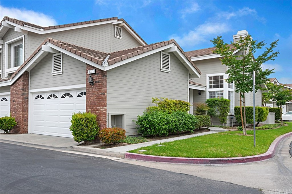 Tustin Ranch,END UNIT 2 BEDROOM,2 BATH,2 CAR GARAGE, SINGLE LEVEL HOME ATTACHED ON ONE SIDE ONLY WITH NOBODY LIVING ABOVE OR BELOW YOU.  THIS PROPERTY HAS BEEN RECENTLY MADE TURN KEY AND IS IN RIGHT NOW MOVE-IN CONDITION! This property feels like a single family home!!