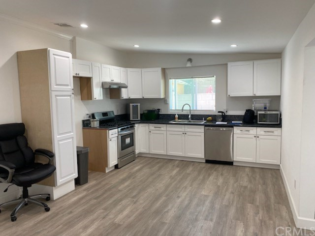 NEWLY RENOVATED BACKHOUSE LAMINATE FLOORS STAINLESS APPLIANCES CENTRAL AC/HEAT WASHER DRYER HOOKUPS YARD