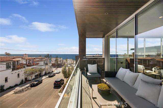 Balcony off Family room has beautiful ocean views!