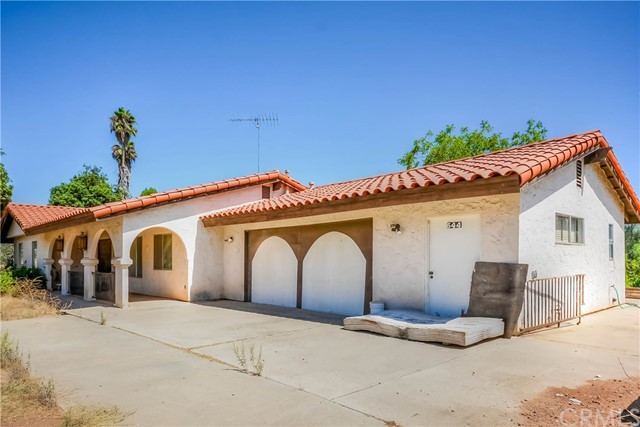 Enjoy the cool ocean breeze in this beautifull area of Fallbrook, 3 Bedroom 2.5 Bath nice size family room with stone fireplace, needs a little TLC lots of potential good size lot 1.36 Acres, if you want country living this is it, plenty of room for animals easy access to town minutes to 76 & 15 freeway.