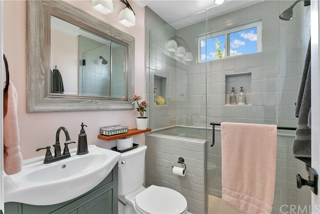 The second master suite's bathroom.