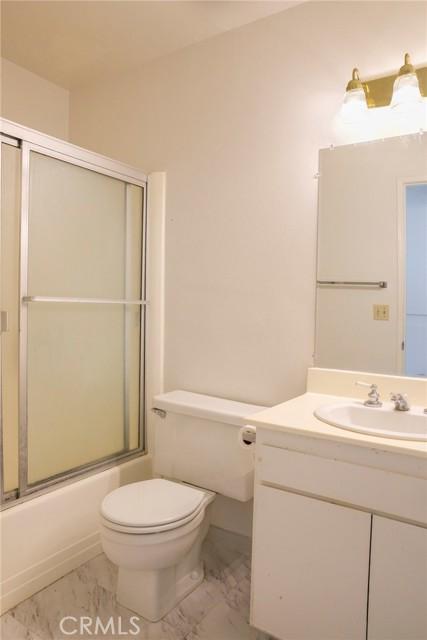 Hallway full bathroom with tub/shower