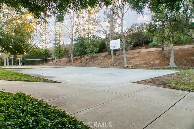 38. 631 Oak Run #203 Oak Park, CA 91377