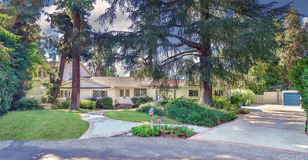 Photo of 5011 DUMONT Place, Woodland Hills, CA 91364