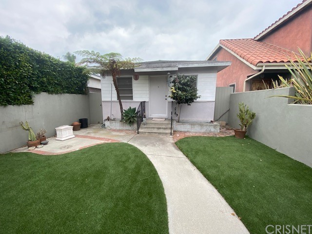 First time in the Market since 1977! Come see this diamond in the rough in need of some TLC. Very quiet and clean neighborhood.  This cozy 2 bedroom 1 bath has a lot of potential. Close to Venice Beach, trendy downtown and border line with Marina Del Rey.