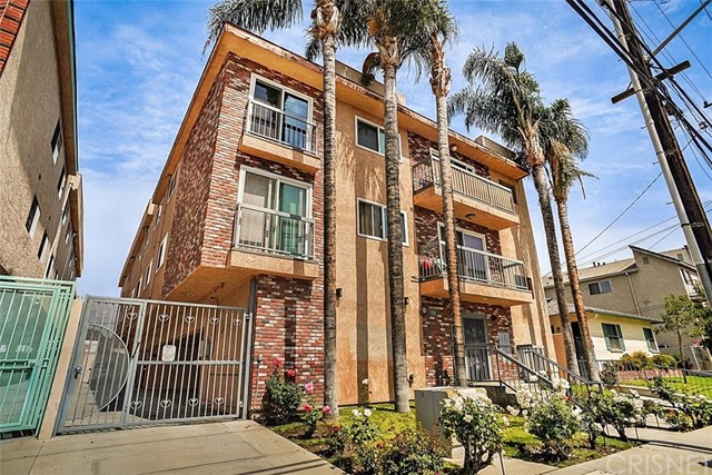 Come and visit this spacious 2 bedroom 2 bathroom condo located in Burbank. This unit is close to all shopping centers, transportation and all local freeways. Property has been recently remodeled, you will notice a spacious living room, dining area, upgraded kitchen and updated laminate flooring throughout the living area.