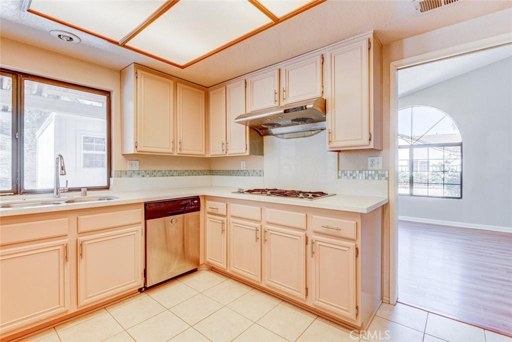 房产卖价 : $94.19万/¥648.00万
