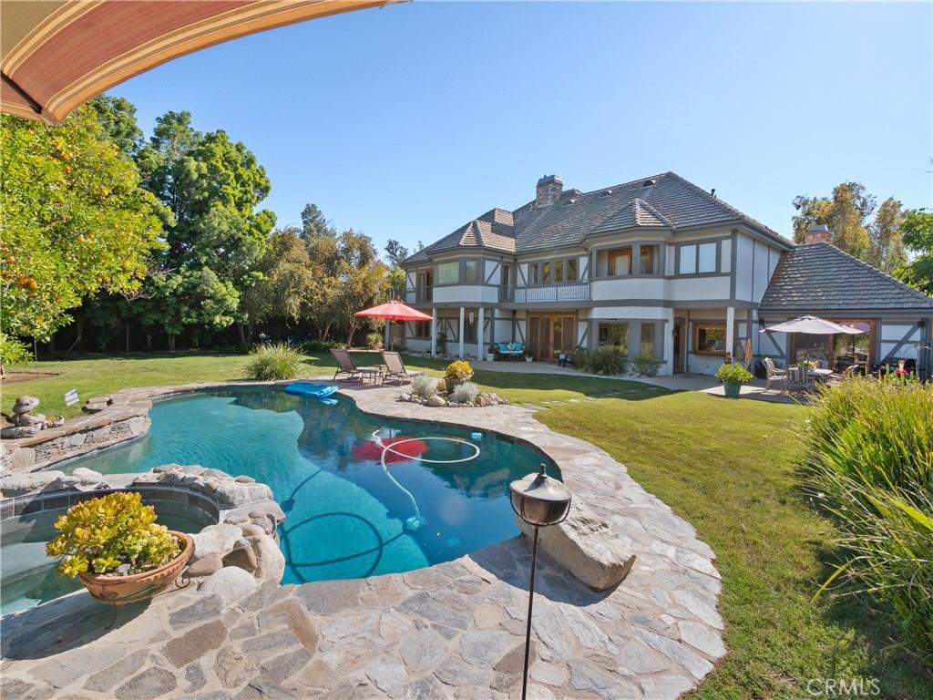 Photo of 5946 WOODLAKE Avenue, Woodland Hills, CA 91367