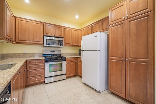 13. 461 Country Club Drive #111 Simi Valley, CA 93065
