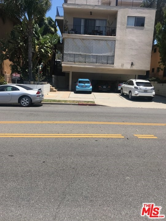 Remodeled, and spacious 3bd + 2ba unit in prime West L.A. New pergo hardwood floors, new paint, and new appliances. Large balcony. Bright and sunny quiet back unit. Brentwood adjacent and close to U.C.L.A. Available immediately. Vacant and easy to show.