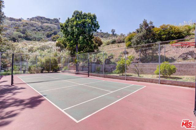 6728 Hillpark Drive, Los Angeles CA: https://media.crmls.org/mediaz/15835127-FB7E-4DC6-9030-B346D6B05CC3.jpg