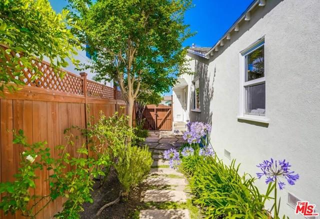 32. 1724 S Carmelina Avenue Los Angeles, CA 90025