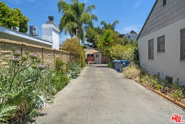 37. 1/2 Mammoth Avenue Sherman Oaks, CA 91423
