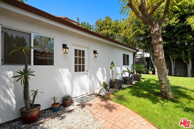32. 745 N Poinsettia Place Los Angeles, CA 90046