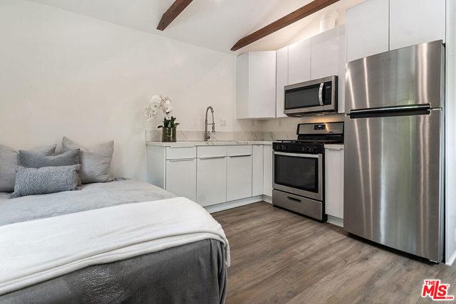 28. 4221 Greenbush Avenue Sherman Oaks, CA 91423