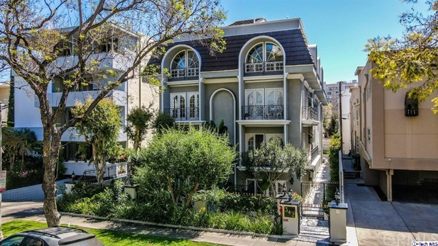 Prime Beverly Hills Location. 5 Unit Condominium  11,581 SQFT of Living space. Penthouse has 4 Br 4.5 Baths, the other 4 condos each have 2 Br plus a Den & 2.5 Baths. 3 of the units are rented on month to month basis, and two units will delivered vacant. Building is freshly painted, has an Exercise room, Sauna and Subterranean gated Parking.