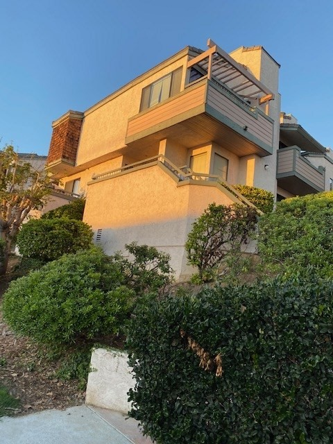 Don't miss this rarely available 3 Bedroom 2 1/2 bath West Mission Hills Town home with amazing views of the bay, Point Loma, the airport and downtown. This large end unit features an over sized 2 car garage, Granite Counter Tops, SS Appliances, a very large deck off the kitchen & French Doors in the living room. Shop, dine and enjoy all of San Diego's hots spots with easy access to the freeway, Old town and minutes from Little Italy. Entertaining offers between $579,000 and $599,000.  HOA is currently renovating the exteriors and painting the buildings. No assessments are planned at this time to complete this project..  Neighborhoods: Old Town / Mission Hills Equipment:  Dryer,Garage Door Opener, Range/Oven, Washer Other Fees: 0 Sewer:  Sewer Connected Topography: LL