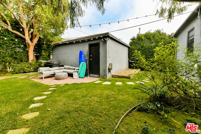 1 Bed + 1 Bath, bungalow on Brooks! Features include Hardwood floors throughout, recessed lighting, dining nook, in-unit laundry and private outdoor space! Close to Abbot Kinney and Rose Avenue. A short bike ride or drive to the beach. The perfect opportunity in Venice!