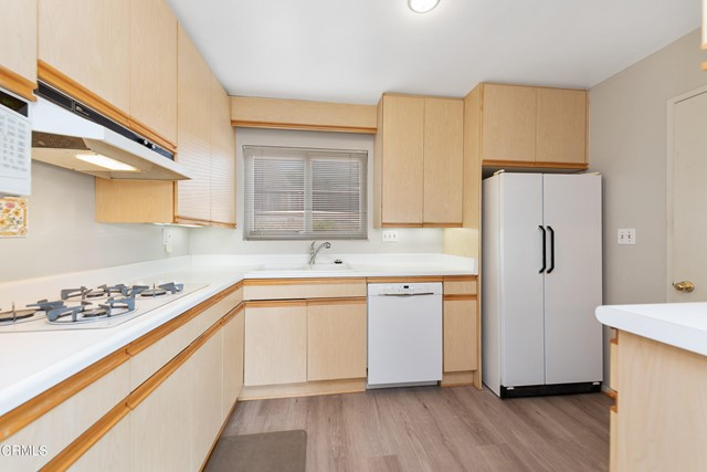 Gas cooktop w refrigerator/ icemaker