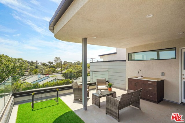 24. 3277 S Barrington Avenue Los Angeles, CA 90066