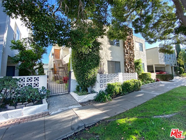 4 Unit Apartment Building North of Wilshire Boulevard; Two large (2) units are townhouse style with 2 bed + 1.5 baths with one recently renovated unit delivered vacant; The other two (2) units are 2 bed + 2 bath; Ideal for owner/user/investor; All units have patios and/or balconies; gated entrance
