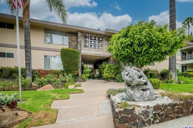 Located In NW Glendale * 2 Bedrooms / 2 Bathroom * 967sqft * 1962 Built * Laminate Floors * Central A/C * Patio * 1 Car Private Garage * HOA $385/m * ALL UTILITIES INCLUDED