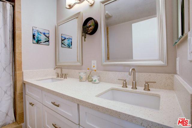 Master Ba wi  Sinks & large Shower