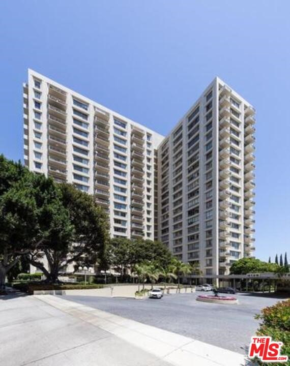 Beautifully updated unit with spectacular Downtown to ocean views. An open floor plan features 2 bedrooms, hardwood floors, cook's kitchen and a large balcony. The building offers numerous amenities including state of the art gym, large pool, business center, dog park, 24 hour security staff and lush landscaped grounds.  Amazing location - minutes from Century city mall, Rancho Park Golf Course and Beverly Hills movie theaters.