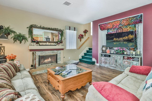 17. 215 Southcrest Place Simi Valley, CA 93065