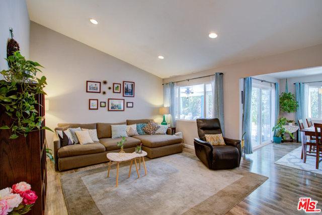 Large Living Room wi high ceilings