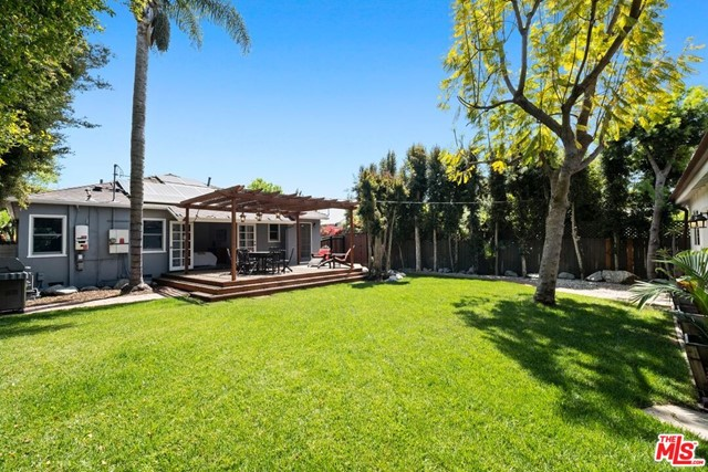 33. 745 N Poinsettia Place Los Angeles, CA 90046
