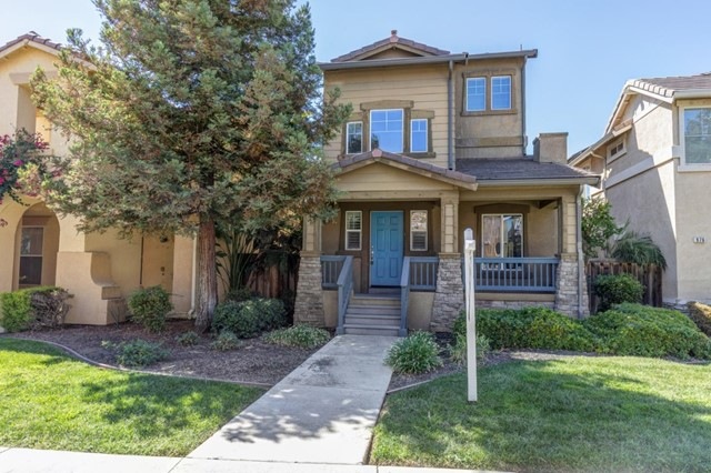 Beautifully renovated home in much desirable Sycamore Square that offers a great playground, trails, and a stunning greenbelt. Lovely new kitchen cabinetry, granite counters and stainless appliances. Move right in and enjoy this spacious home.